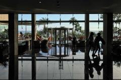 Amathus-beach-hotel-vetrata-verso-il-mare-riflesso