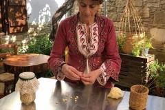 Choirokoitia-donna-in-vestito-tipico-fa-la-pasta