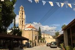 Choirokoitia-vista-della-chiesa-dalla-strada-con-ghirlanda