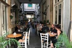 bar-ristorante-pittoresco-in-via-ledras-a-nicosia-cipro-persone-sedute-ai-tavolini