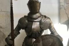 castello-di-limassol-armatura-medievale-con-tridente-e-scudo
