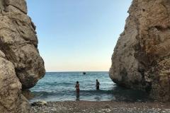 roccia-di-venere-cipro-pafos-turisti-che-fanno-il-bagno-tra-le-rocce