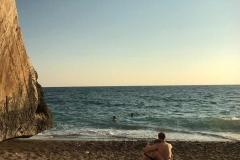 roccia-di-venere-pafos-turisti-sulla-spiaggia-abbracciati