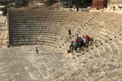 Kourion-Cipro-teatro-ellenistico-romano-gradinate-cavea-turisti