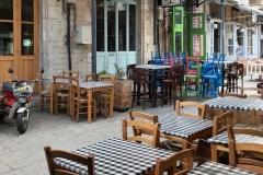 limassol-piazza-saripolou-square-famagusta-restaurant-tavolin-e-sedie-in-legno