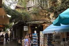 nicosia-cipro-due-donne-davanti-a-un-negozietto