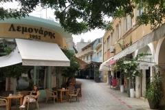 strada-di-nicosia-a-cipro-mouson-ragazza-seduta-al-tavolino