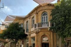 via-ledras-nicosia-cipro-due-turisti-edificio-tipico-teloni-per-il-sole
