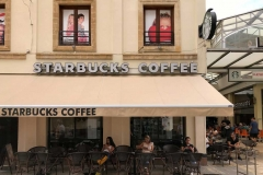 via-ledras-nicosia-cipro-starbucks-coffee-persone-sedute-ai-tavolini