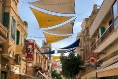 via-ledras-nicosia-cipro-teloni-colorati-negozio-persone