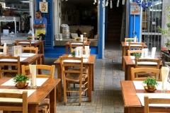 via-ledras-nicosia-ristorante-tipico-con-tavolini-e-sedie-in-legno