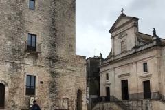 cisternino-torre-normanno-sveva-e-chiesa-madre-sotto-la-pioggia-passanet-strisce-pedonali