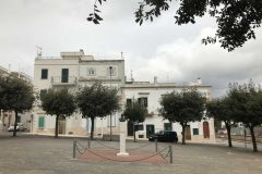 piazza-lagravinese-cisternino-cielo-nuvoloso