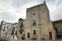 torre-normanno-sveva-di-cisternino-con-statua-di-san-nicola-benedicente