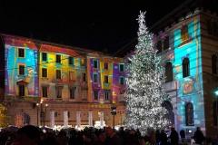 Como-citta-dei-balocchi-piazza-grimoldi-albero-di-natale-luci-persone-case-colorate