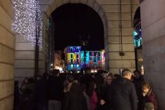 Como-mercatini-di-natale-tante-gente-luci-palazzi-piazza-del-duomo