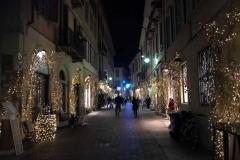 Como-strade-del-centro-storico-luci-natalizie-decorazioni-babbo-natale-bicicletta