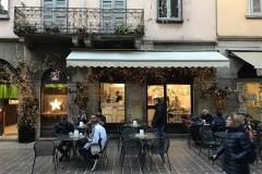 Como-centro-storico-negozi-bar-persone-sedute