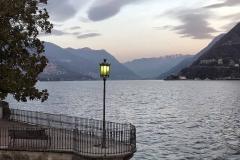 Como-lungolago-chilometro-della-conoscenza-lampione-acceso-lago-montagne