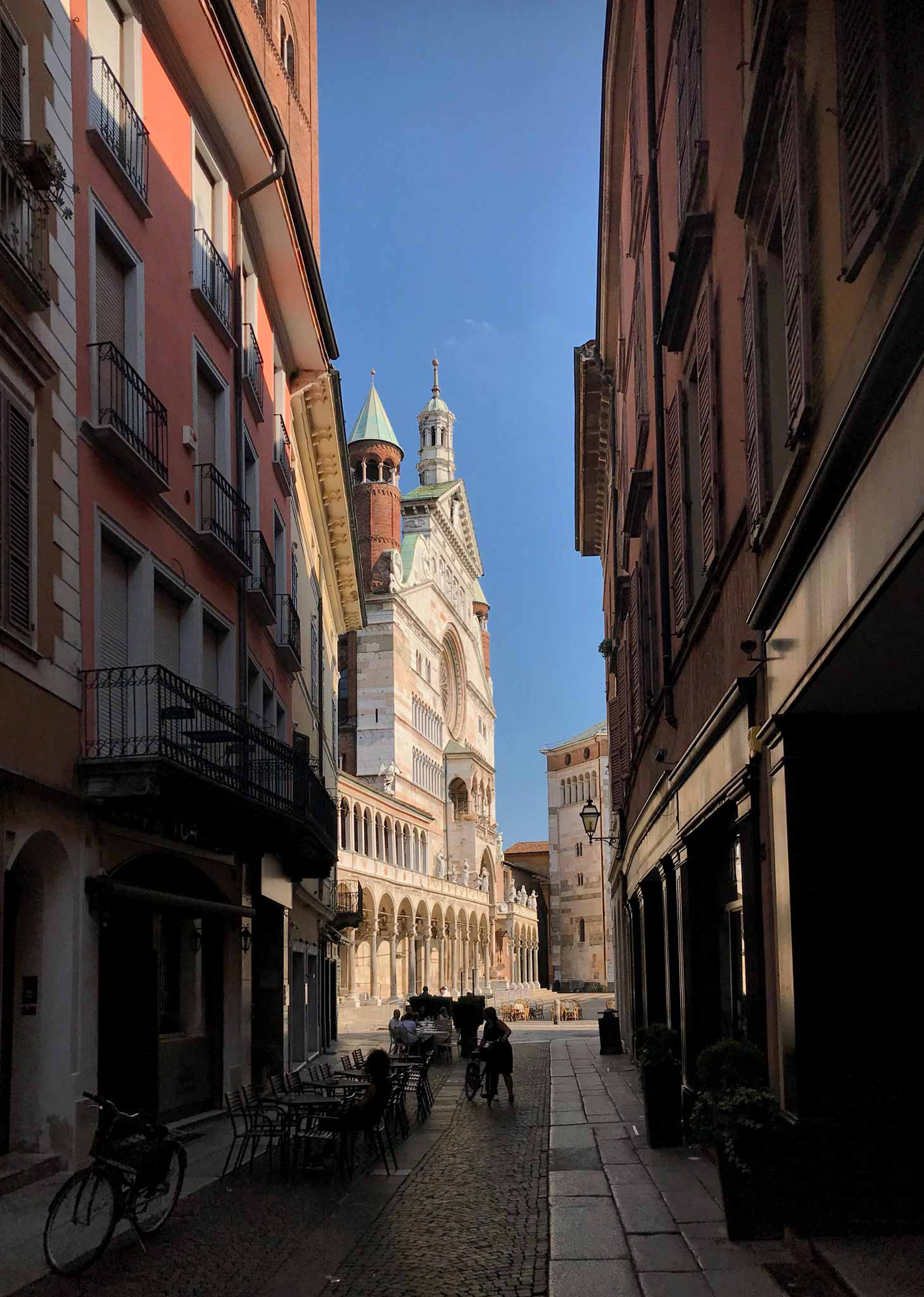 Cattedrale-di-Cremona-scorcio-palazzi-via-Torriani-cielo-azzurro