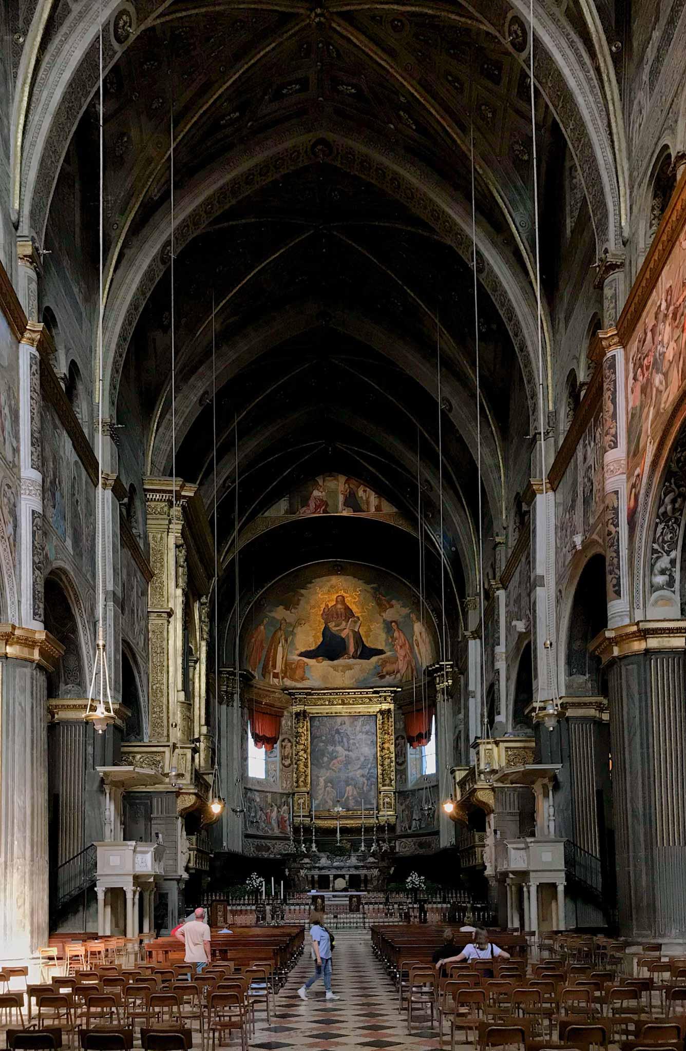Cattedrale-di-Cremona-navata-centrale-colonne-affresco-abside-redentore-in-gloria-boccaccino
