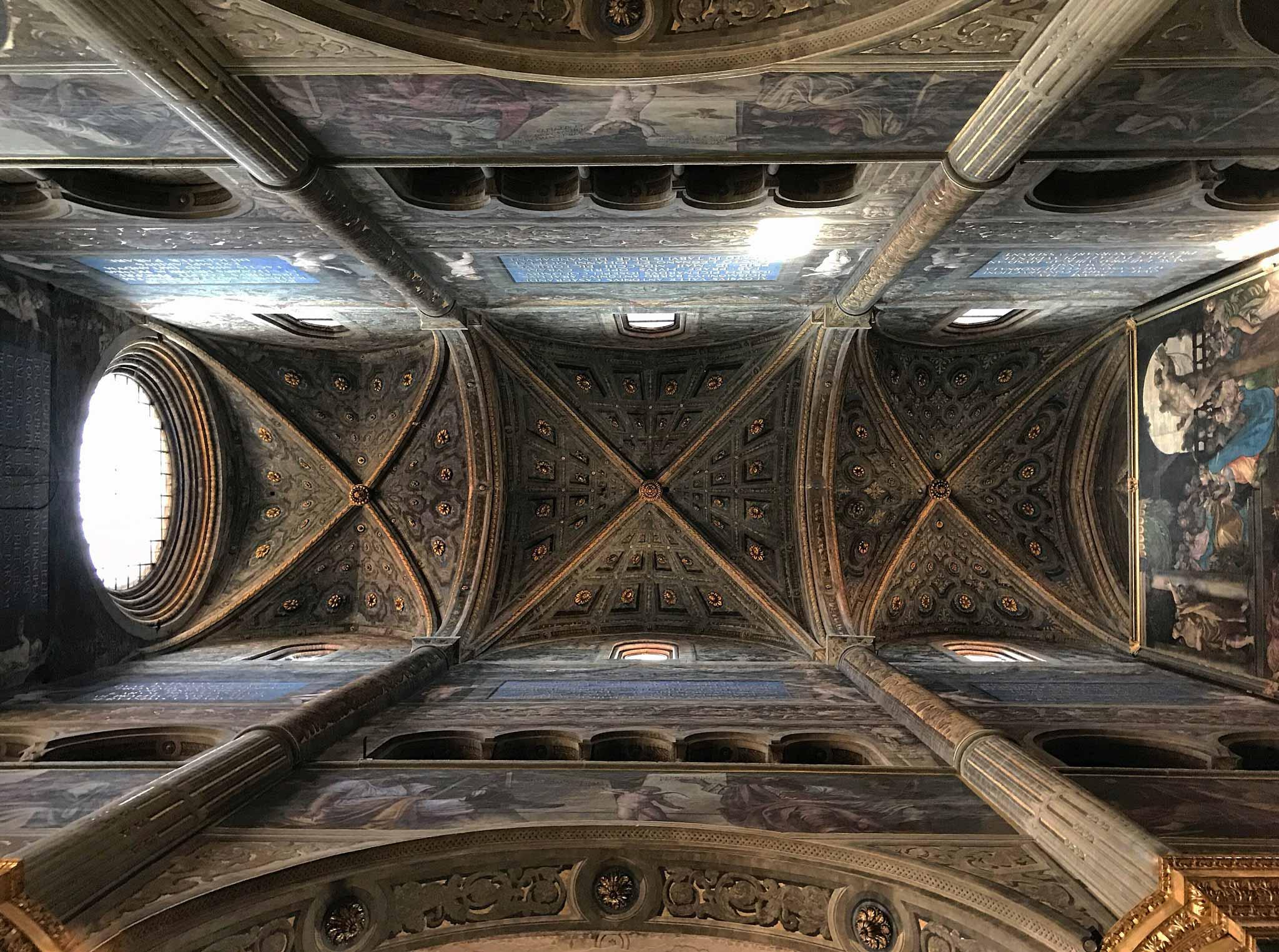 Cattedrale-di-Cremona-navata-soffitto-altissimo-disegni-decorazioni-pilastri