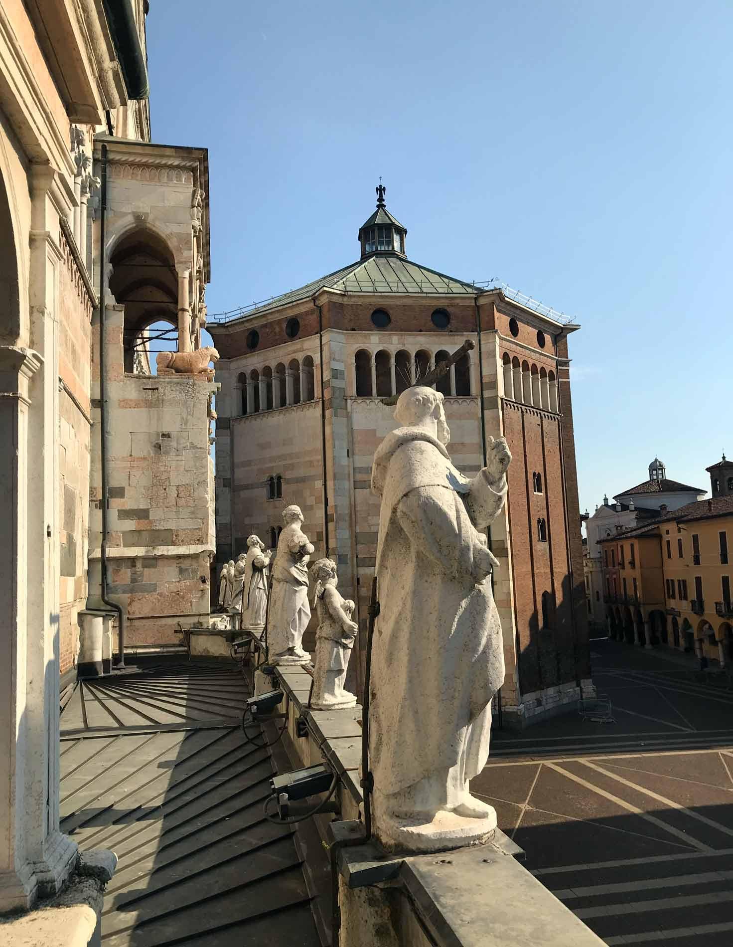 Cattedrale-di-Cremona-statue-viste-dalla-loggia-del-Torrazzo