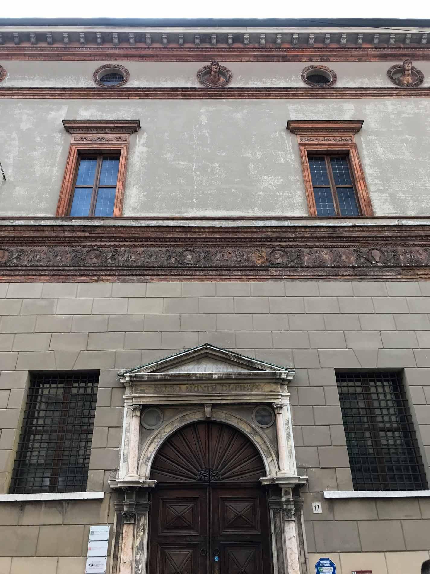 Cremona-Palazzo-Fodri-facciata-portale-marmo-fregio-in-terracotta