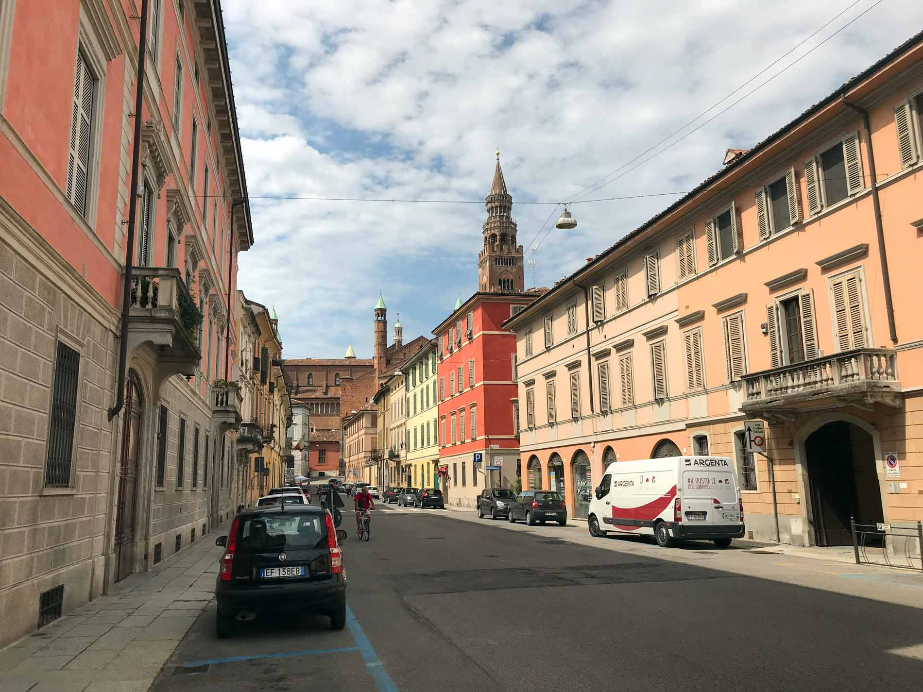 via-XI-febbraio-Cremona-auto-palazzo-torrazzo-nuvole