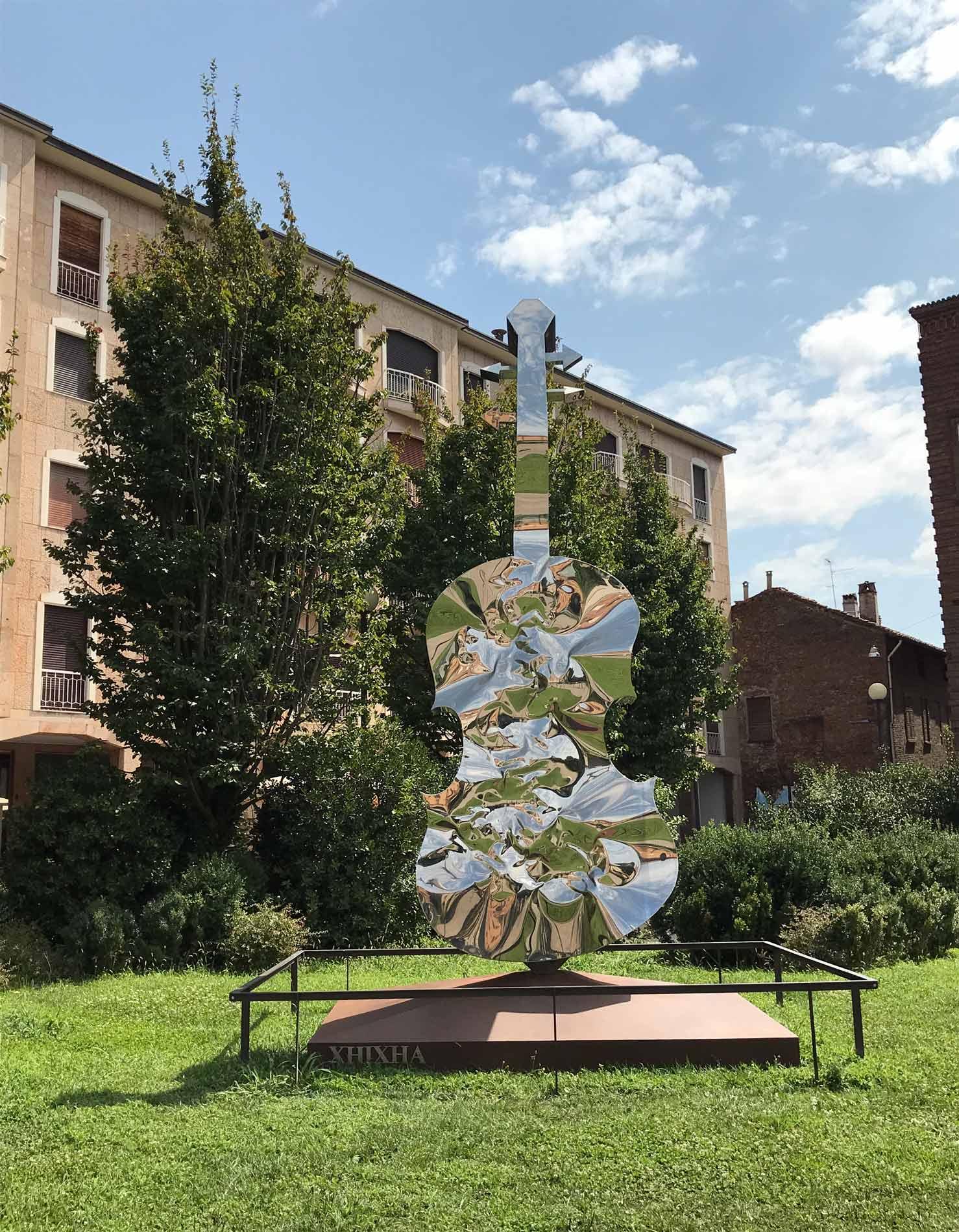 museo-del-violino-Cremona-statua-violino-esterno-piazza-marconi
