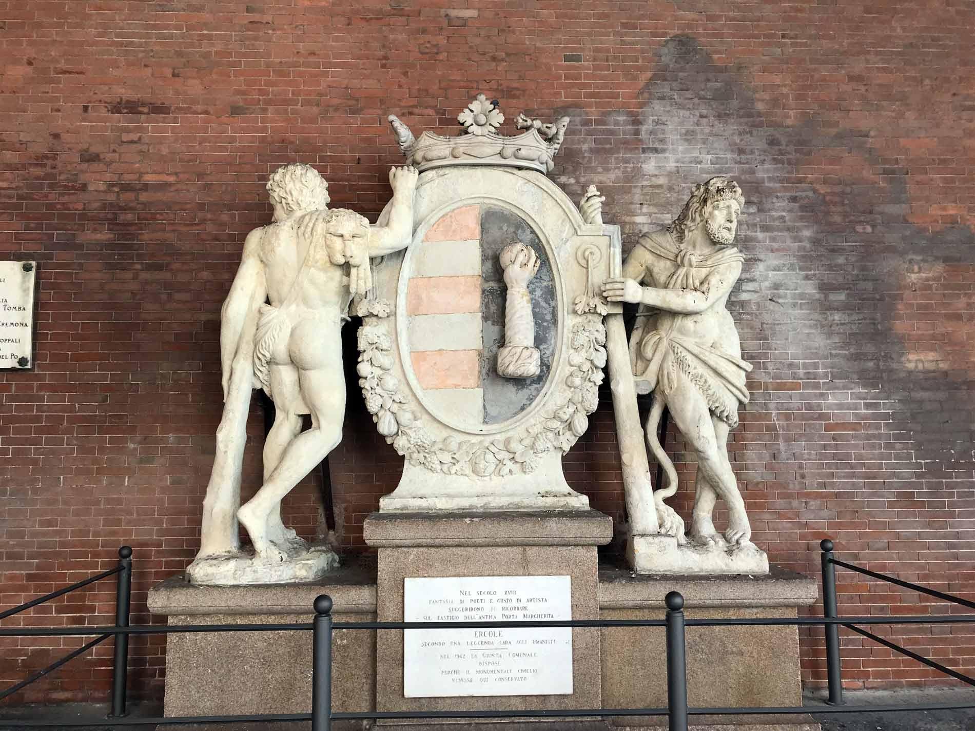 Piazza-del-Comune-Cremona-loggia-dei-limiti-stemma-Cremona-scultura