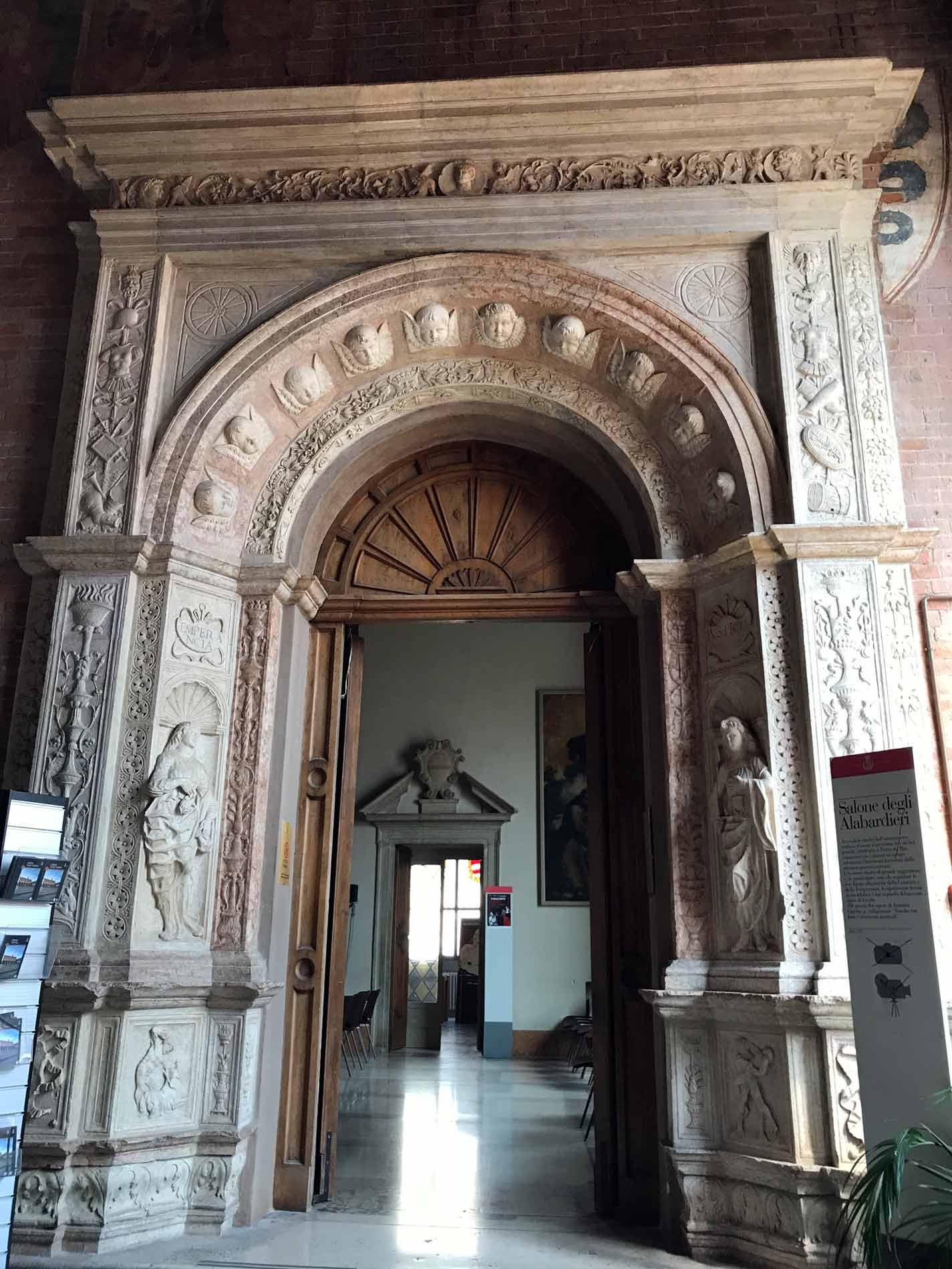 Palazzo-Comunale-Cremona-portale-salone-degli-alabardieri
