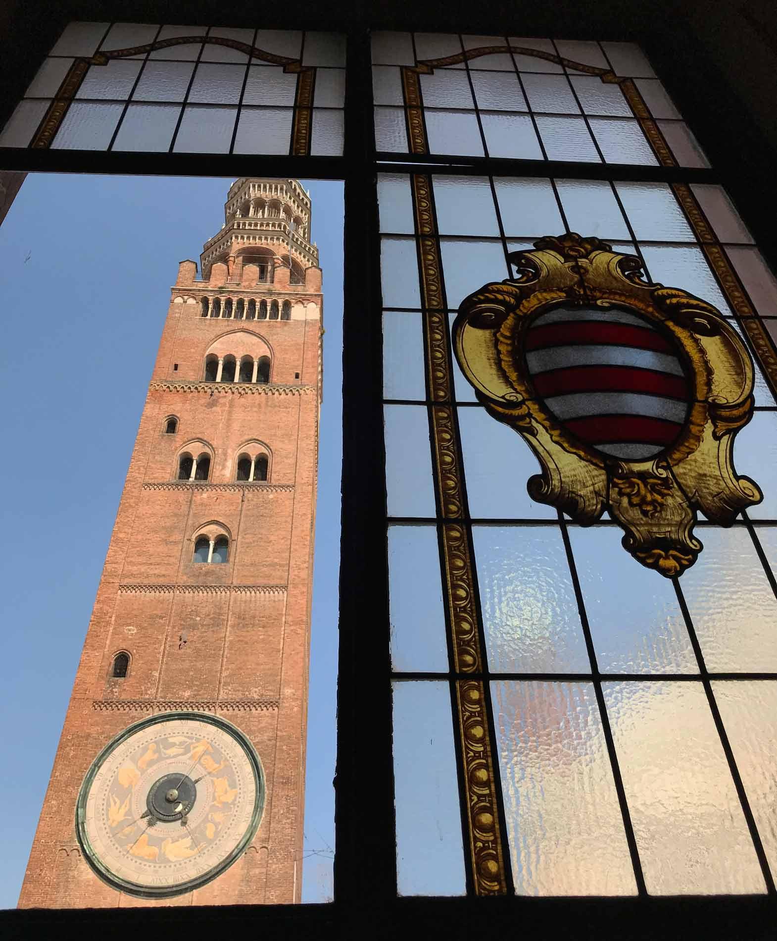 Palazzo-Comunale-Cremona-Salette-rosa-e-azzurra-vetrata-stemma-torrazzo