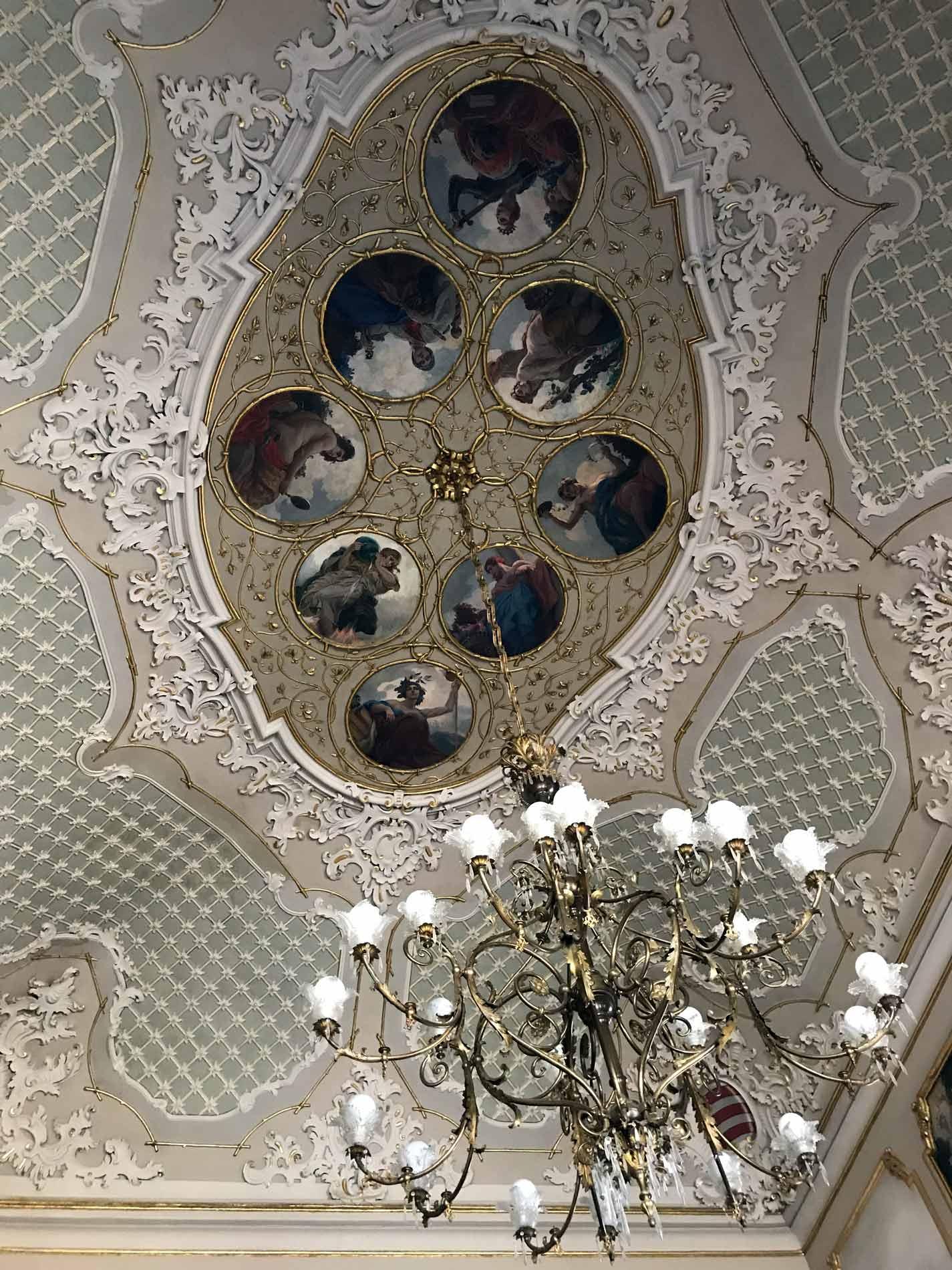 Palazzo-Comunale-Cremona-Salette-rosa-e-azzurra-soffitto-stucco-medaglioni