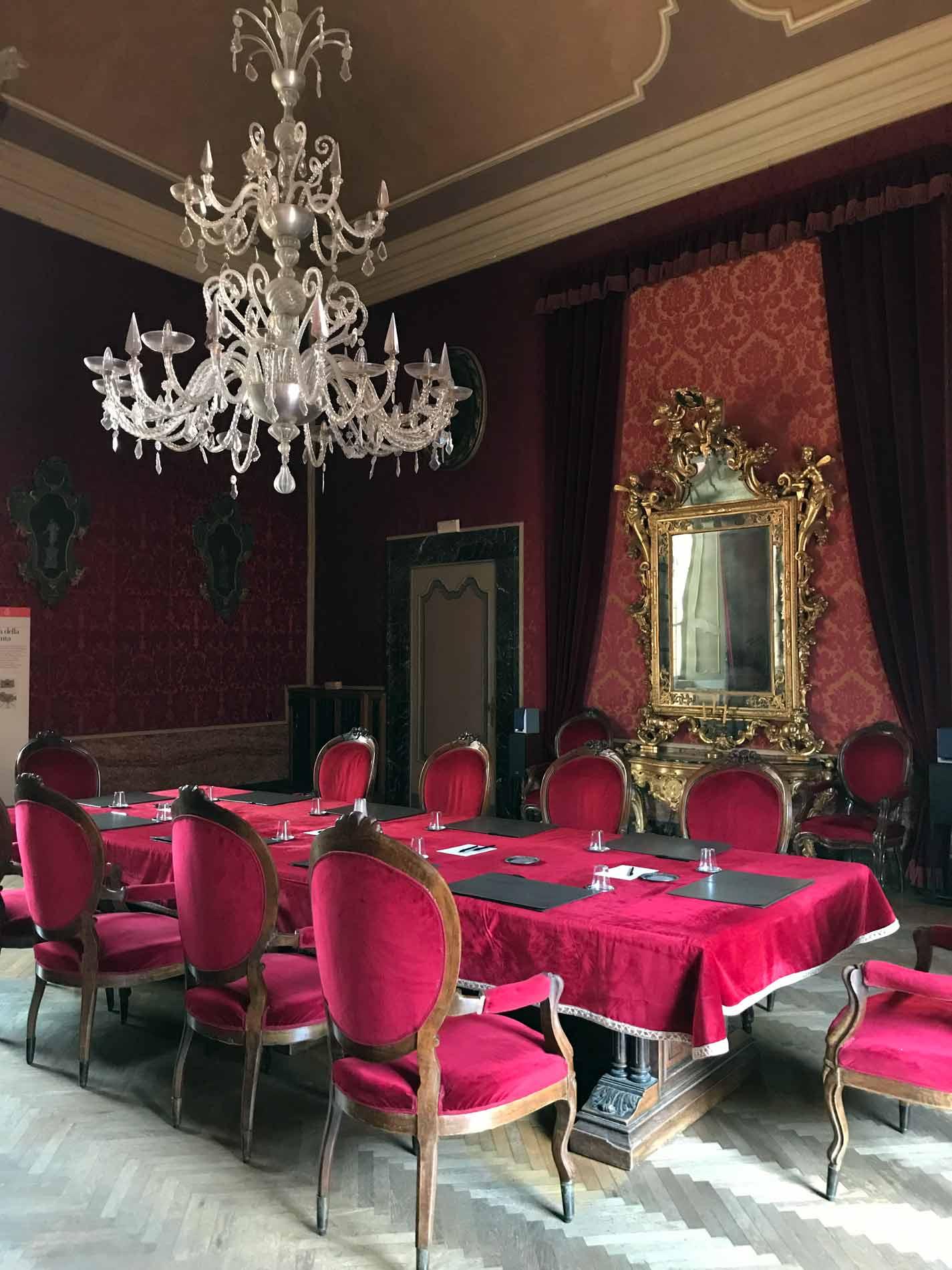 Palazzo-Comunale-Cremona-Sala-giunta-velluto-lampadario-specchio-rococo