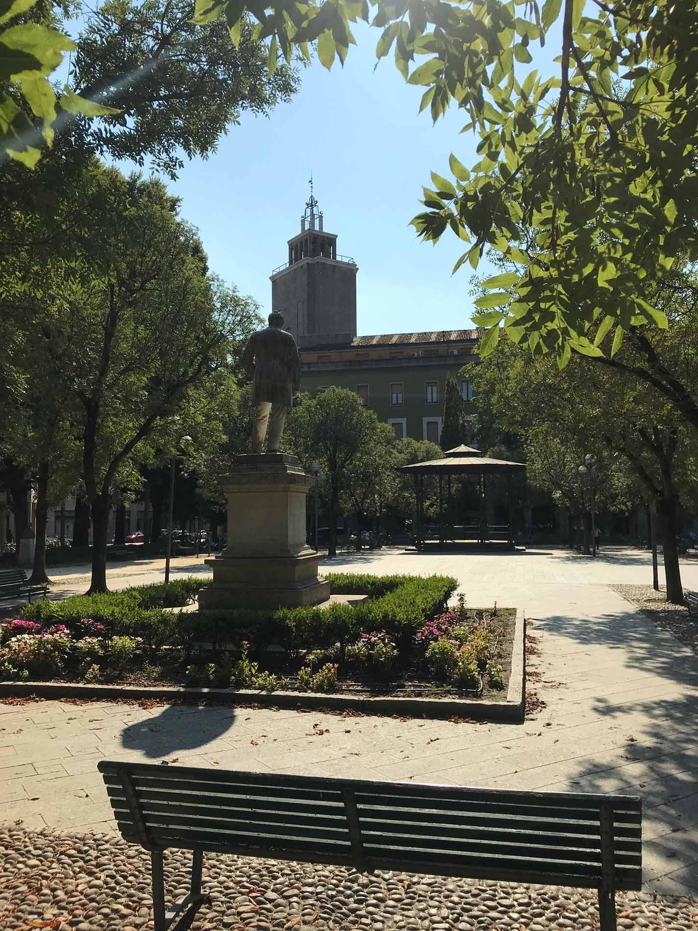Piazza-Roma-cremona-statua-giardini-verde-alberi