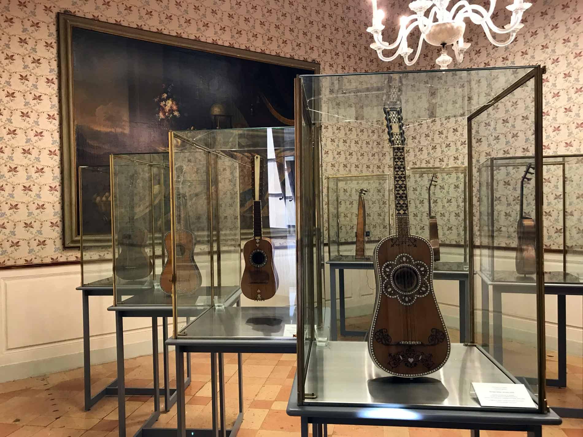 Museo-civico-ala-ponzone-cremona-stanze-per-la-musica-strumenti-dipinto