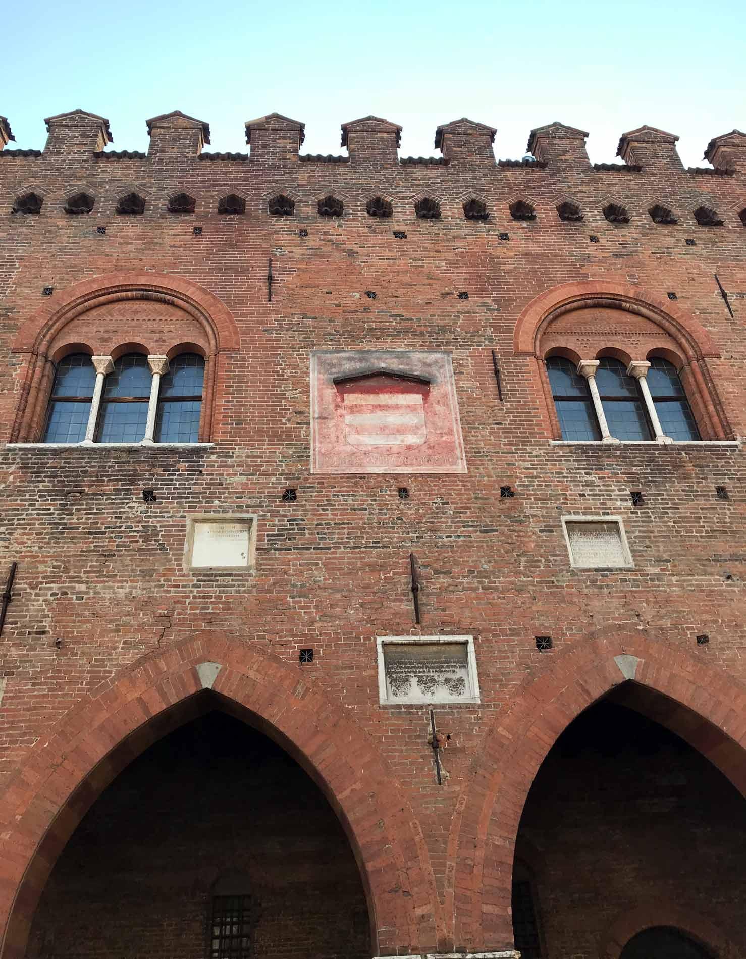 Palazzo-Cittanova-cremona-mattoni-archi-ogivali-portico-stile-medievale