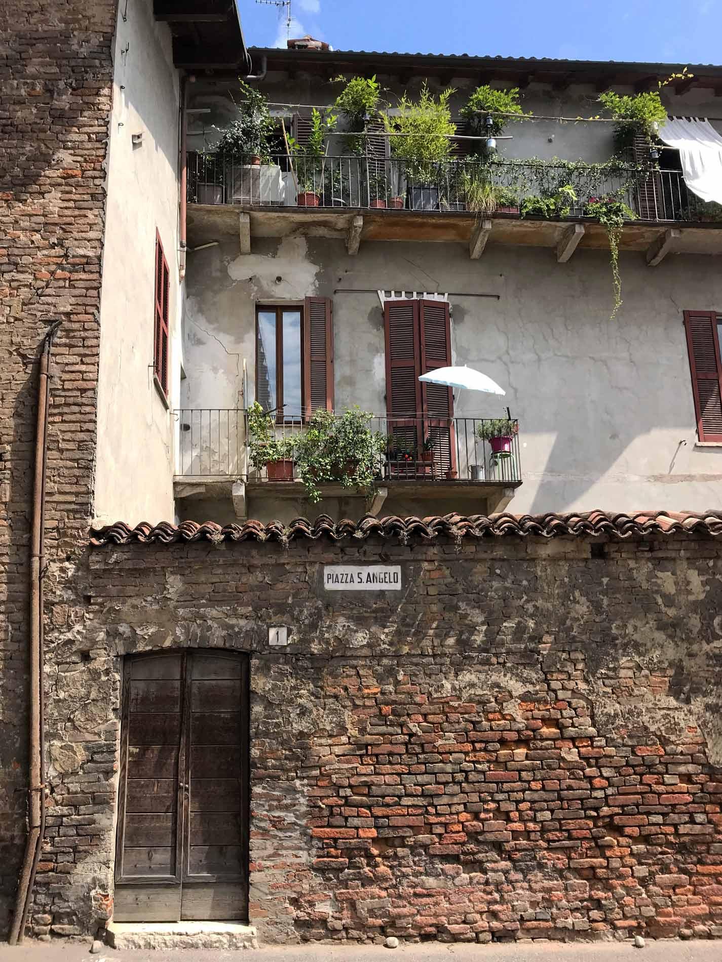 Piazza-santAngelo-cremona-casa-muro-mattoni-finestre
