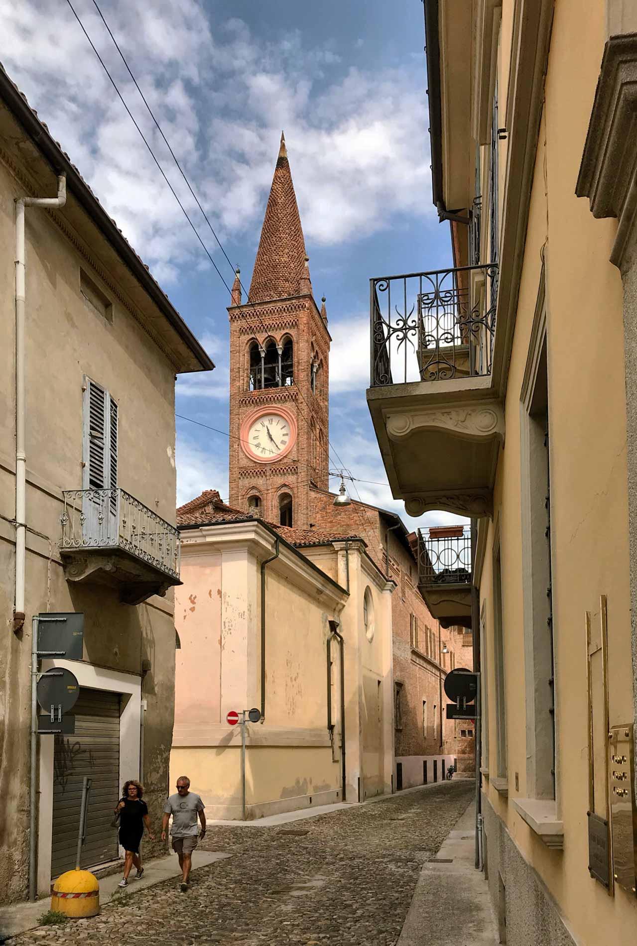 cremona-via-poffacane-campanile-chiesa-santabbondio-case-balcone