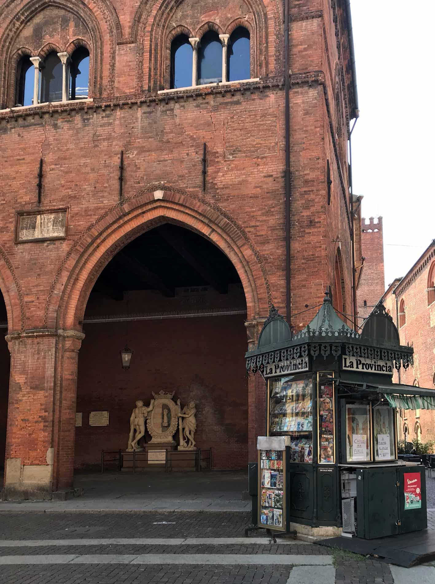 Piazza-del-Comune-Cremona-Loggia-dei-militi-edicola
