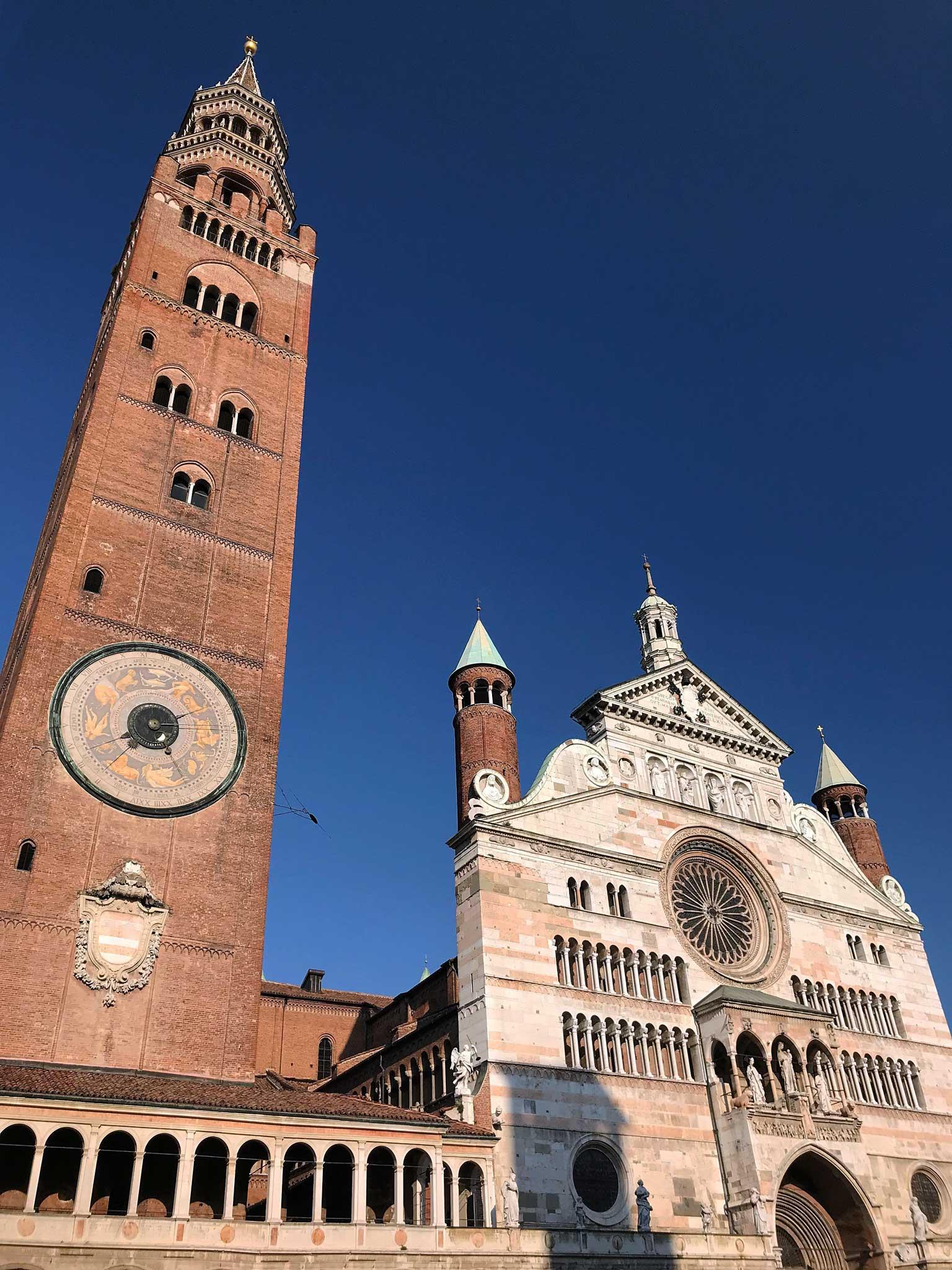 Piazza-del-Comune-Cremona-Torrazzo-facciata-cattedrale-mattoni-marmo-bianco