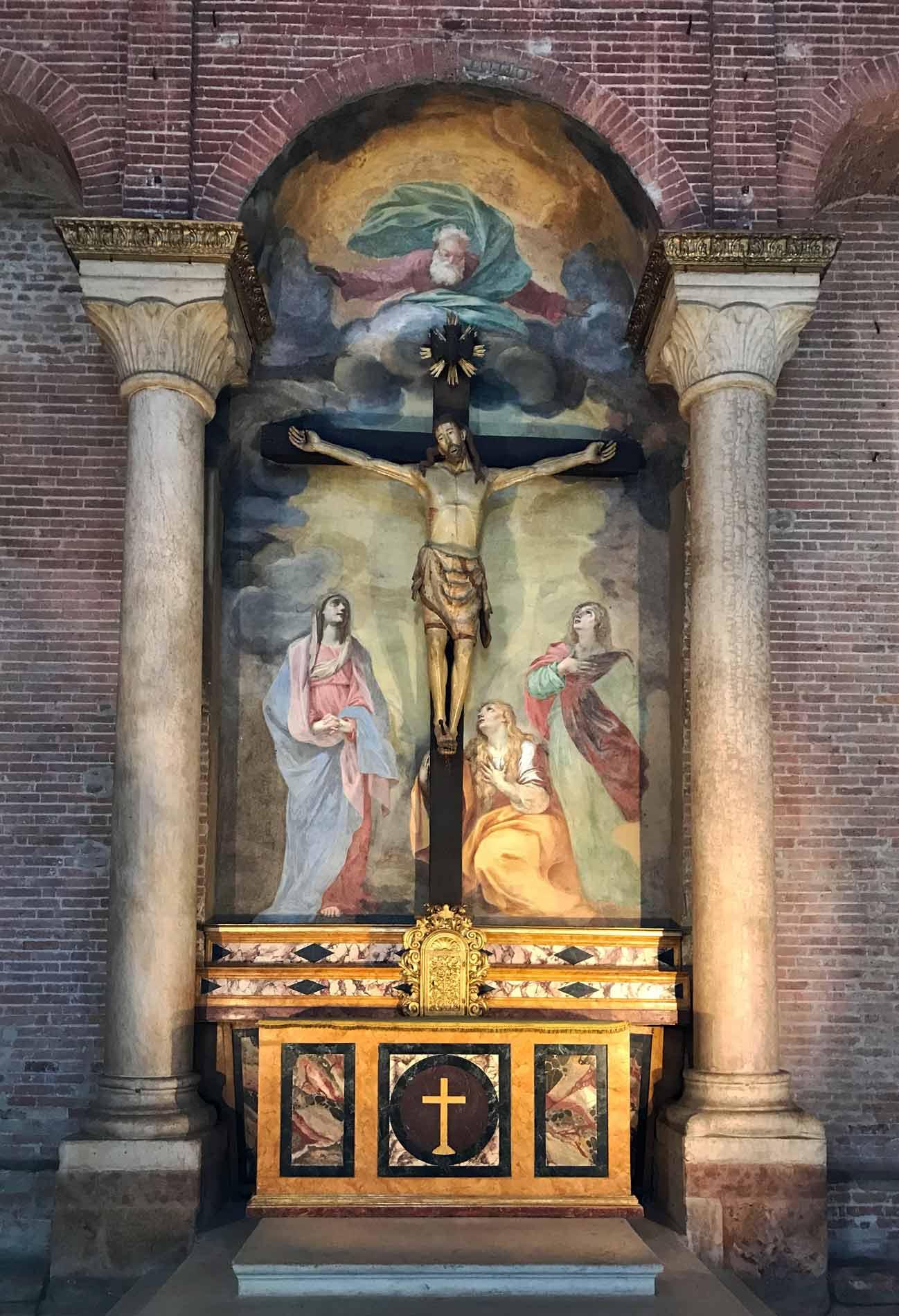 Cremona-battistero-interno-altare-cristo-crocifisso-legno-affreschi-colonne-mattoni