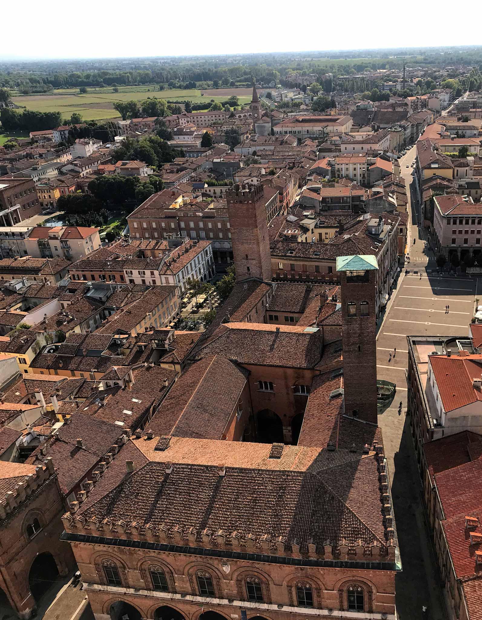 Torrazzo-Cremona-vista-overst-panorama-Palazzo-comunale-tetti-case