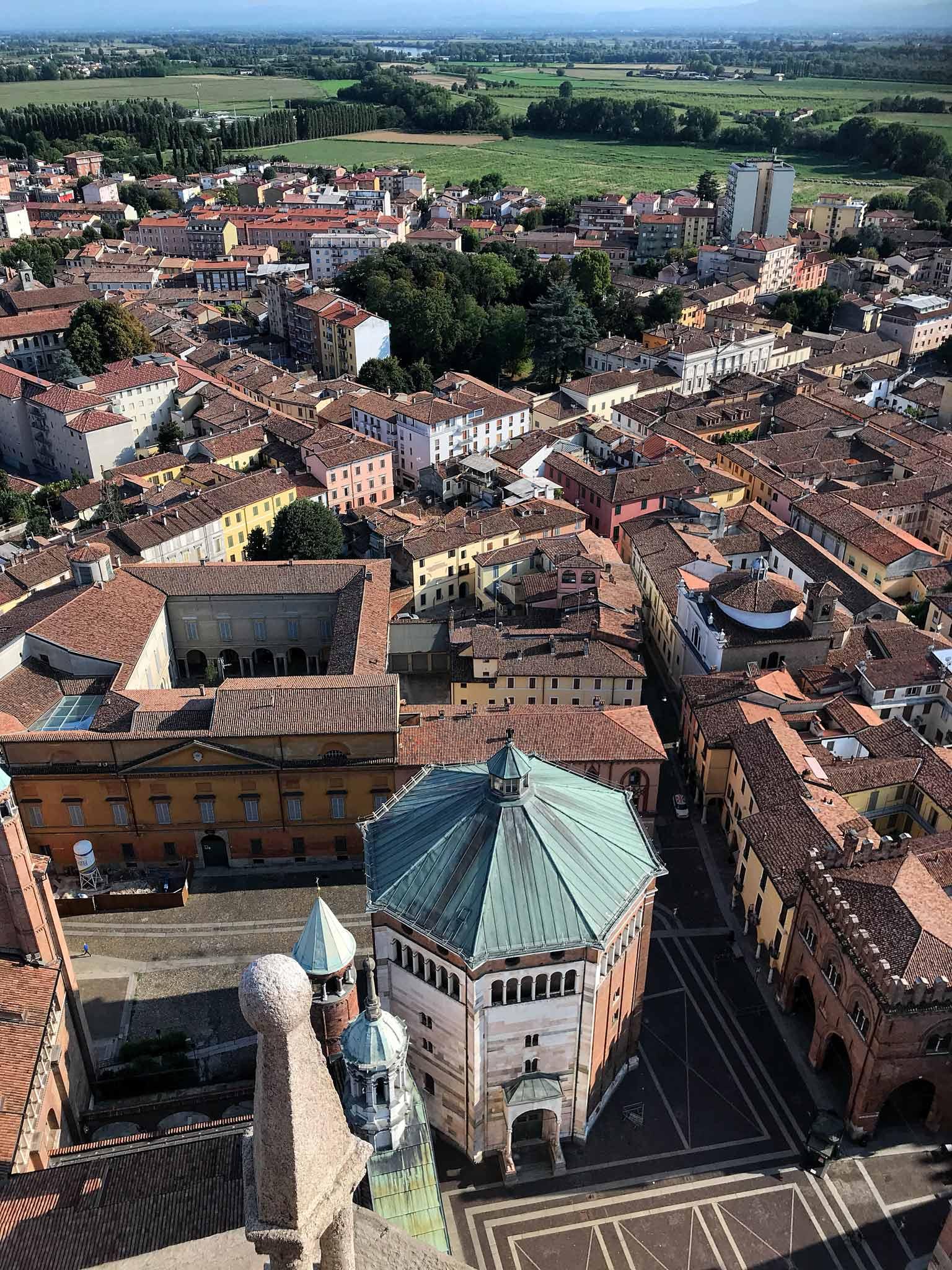 Torrazzo-Cremona-vista-panorama-sud-battistero-piazza-del-comune-tetti-case