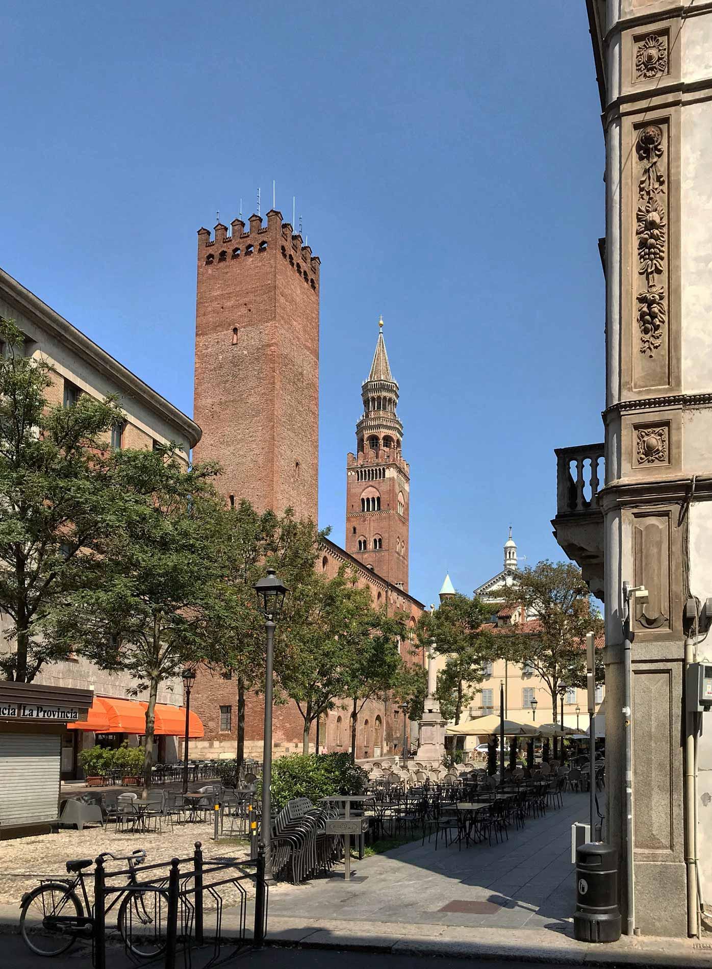 Piazza-della-Pace-Cremona-torre-Torrazzo-alberi