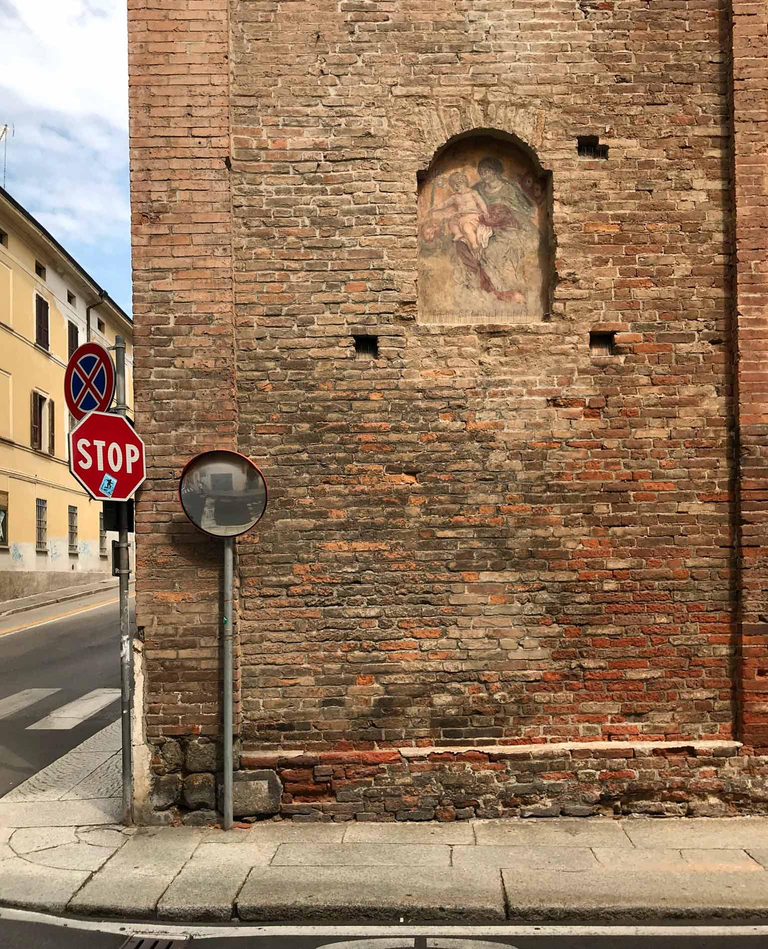 Cremona-chiesa-SS-trinita-muro-esterno-affresco-mattoni-cartelli-stradali