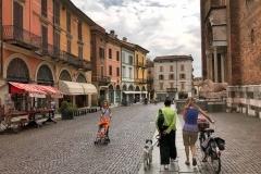 Cremona-largo-boccaccino-persone-pedoni-palazzi-colorati-passeggino