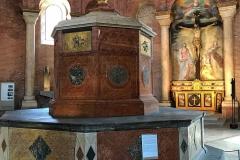 Cremona-battistero-interno-fonte-battesimale-rinascimentale-pietra-rossa