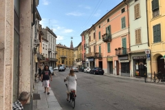Cremona-corso-matteotti-palazzi-colorati-bicicletta-torrazzo